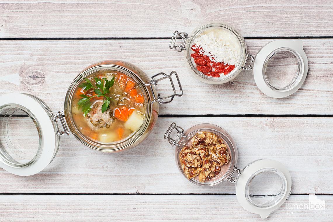 Lunchbox: jaglanka z jagodami goji i wiórkami kokosowymi, jogurt naturalny z chia i kakao i karmelkami migdałowymi oraz zupa ogórkowa na pulpetach mięsnych | lunchboxodkuchni.pl