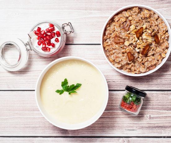 Lunchbox: owsianka z daktylami i orzechami włoskimi, serek homogenizowany z wiórkami kokosowymi i granatem oraz krem z kalafiora | lunchboxodkuchni.pl