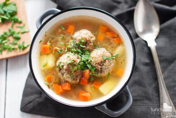 Zupa ogórkowa na pulpetach mięsnych | lunchboxodkuchni.pl