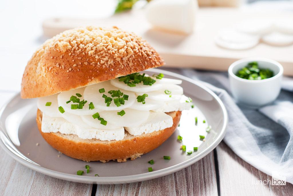 Bułka maślana z twarogiem i białą rzodkwią | lunchboxodkuchni.pl