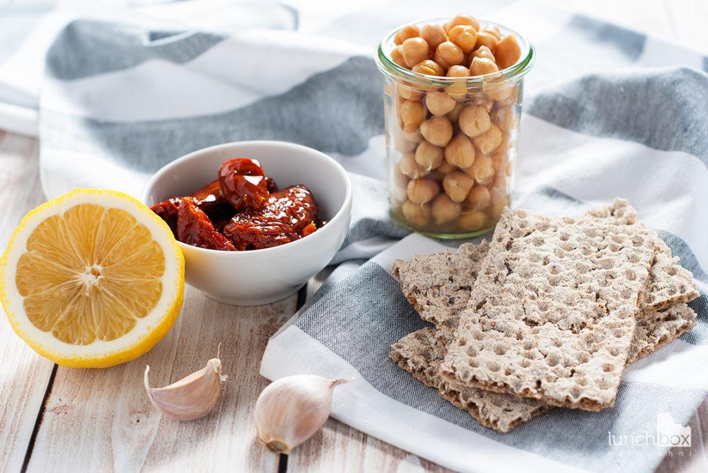 Hummus z suszonymi pomidorami | lunchboxodkuchni.pl