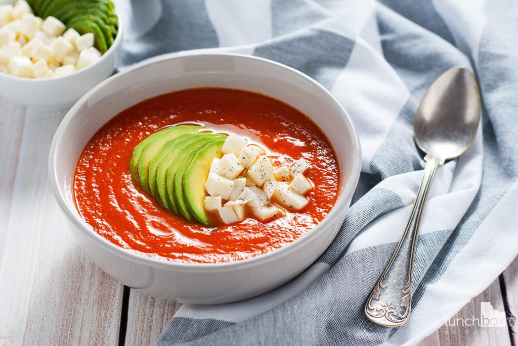 Krem z pomidorów z mozzarellą i awokado | lunchboxodkuchni.pl