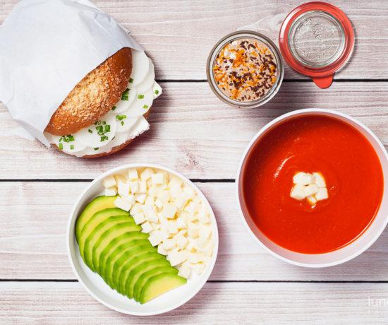 Lunchbox - bułka maślana z twarogiem i białą rzodkwią, pudding czekoladowo-pomarańczowy, krem z pomidorów z mozzarellą i awokado | lunchboxodkuchni.pl