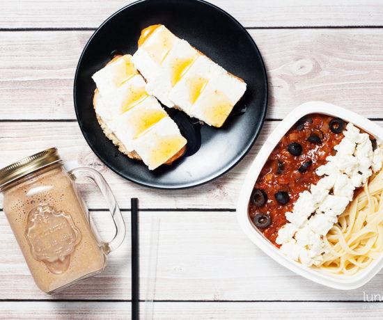 Lunchbox: bułka maślana z twarogiem i miodem, milkshake kawowy z płatkami owsianymi i bananem, makaron z sosem pomidorowym i fetą | lunchboxodkuchni.pl