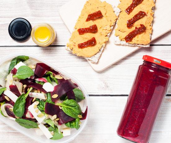 Lunchbox: hummus z suszonymi pomidorami, smoothie buraczkowo-sliwkowe, sałatka ze szpinaku i buraków z kozim serem | lunchboxodkuchni.pl