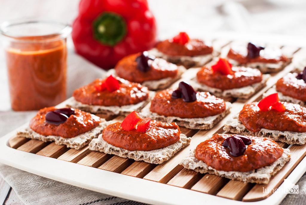Pasta z czerwonej fasoli i papryki z pieczywem chrupkim | lunchboxodkuchni.pl