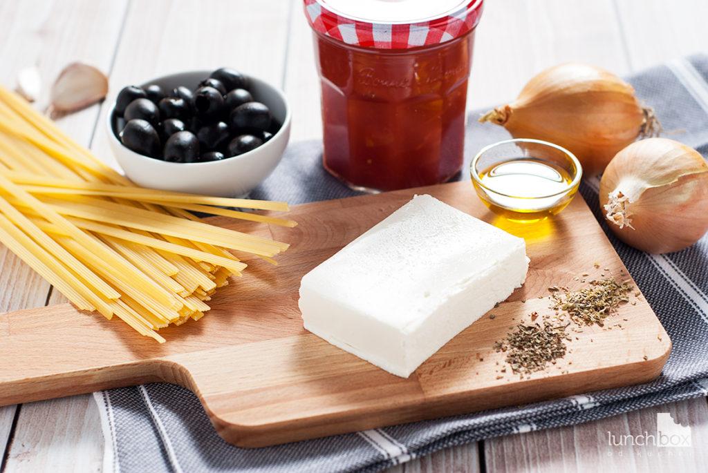 Makaron z sosem pomidorowym i fetą - produkty   lunchboxodkuchni.pl