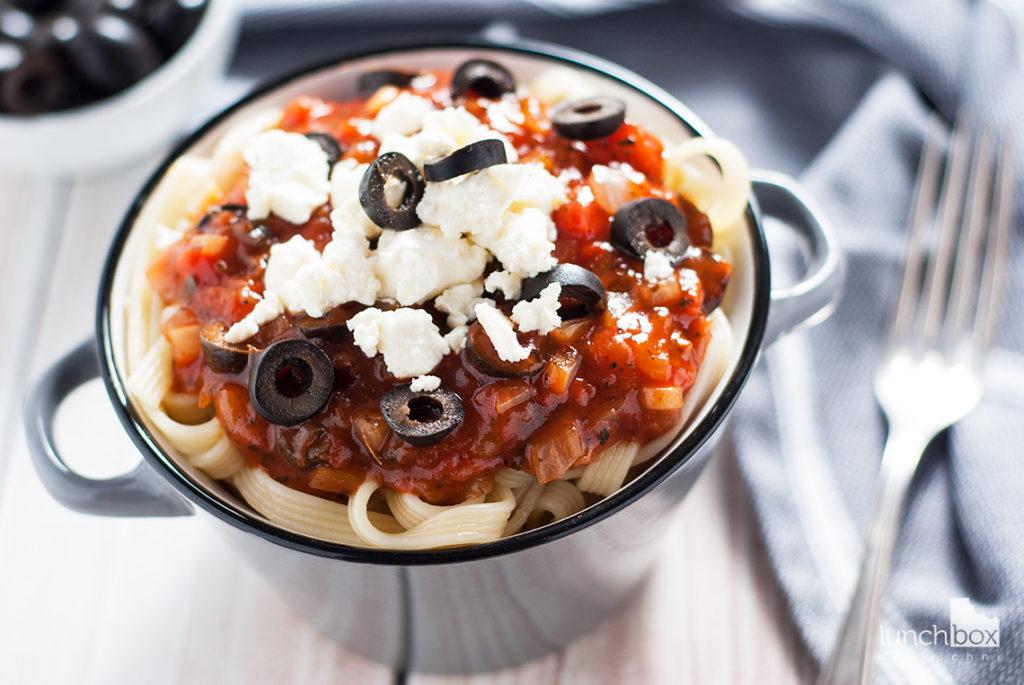 Makaron z sosem pomidorowym i fetą   lunchboxodkuchni.pl
