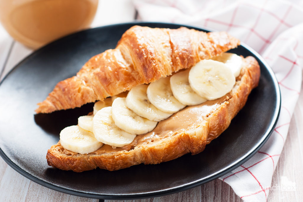 Croissant z masłem orzechowym i bananem | lunchboxodkuchni.pl