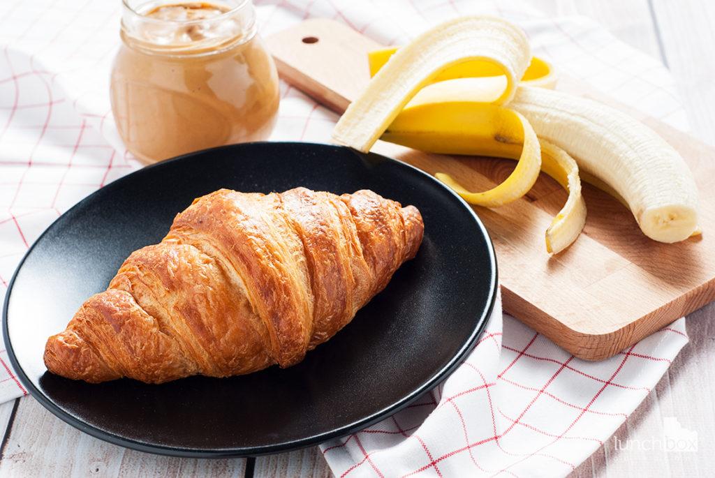 Croissant z masłem orzechowym i bananem - produkty | lunchboxodkuchni.pl