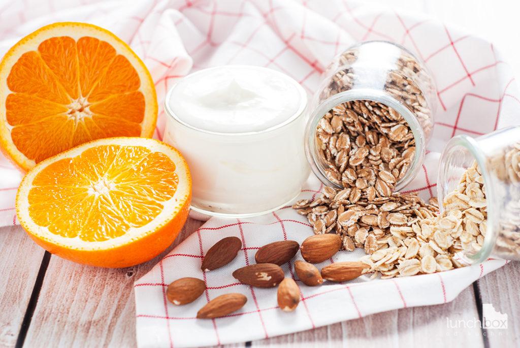 Granola pomarańczowo-migdałowa z serkiem naturalnym - produkty | lunchboxodkuchni.pl
