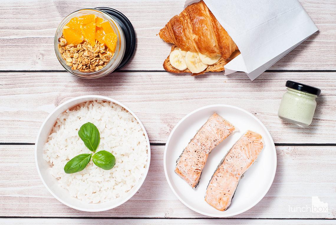 Lunchbox - croissant z masłem orzechowym i bananem, granola pomarańczowo-migdałowa z jogurtem naturalnym oraz pieczony łosoś w sosie bazyliowym | lunchboxodkuchni.pl