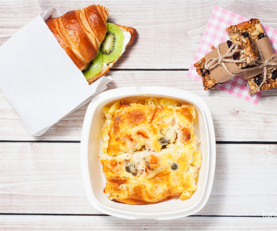 Lunchbox - croissant z twarożkiem i kiwi, batoniki owsiane z żurawiną oraz zapiekanka ziemniaczano-łososiowa z kaparami | lunchboxodkuchni.pl