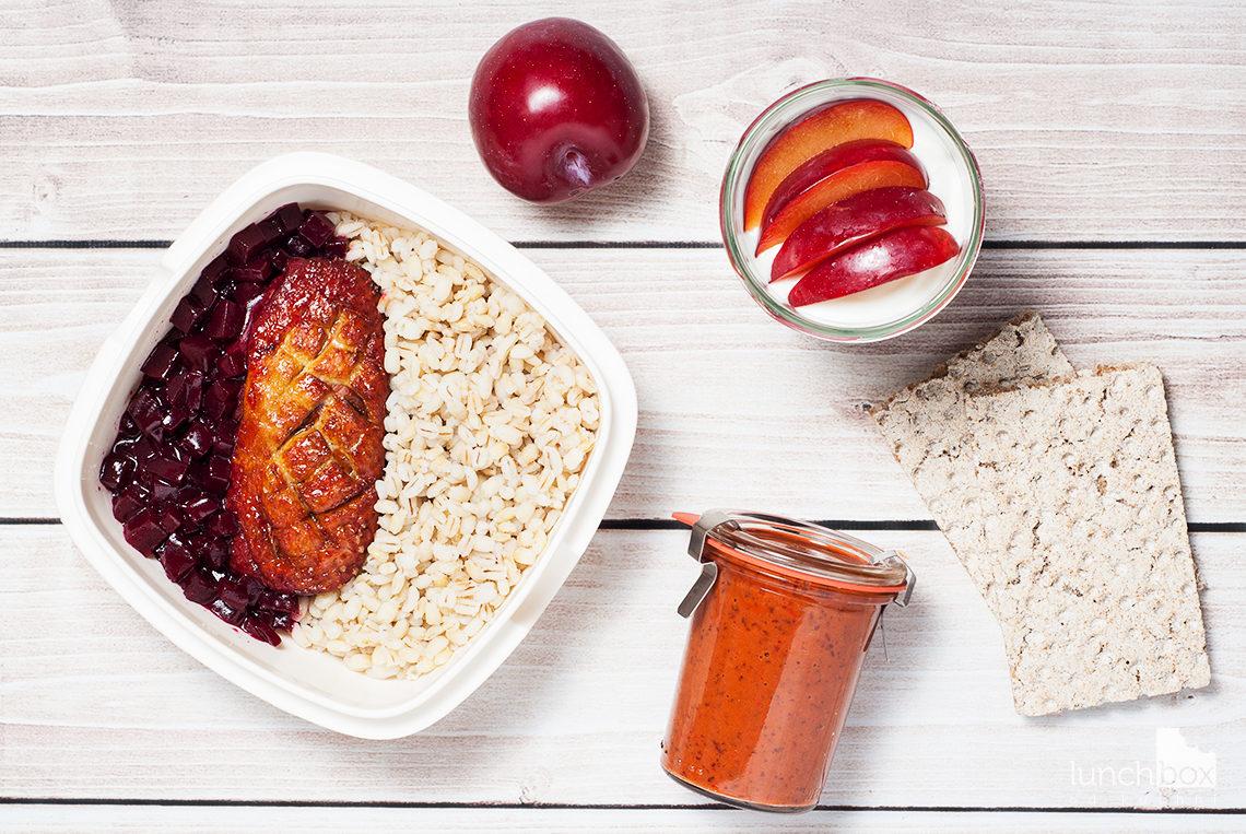 Lunchbox: pasta z czerwonej fasoli i papryki, serek homogenizowany z ciastkiem cynamonowym i śliwką oraz kaczka w buraczkach z pęczakiem | lunchboxodkuchni.pl