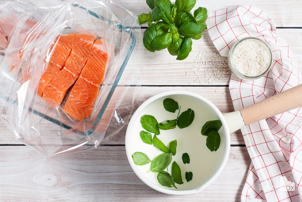 Pieczony łosoś z sosem bazyliowym i ryżem - produkty | lunchboxodkuchni.pl
