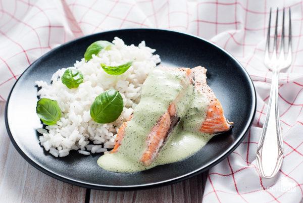 Pieczony łosoś z sosem bazyliowym i ryżem | lunchboxodkuchni.pl