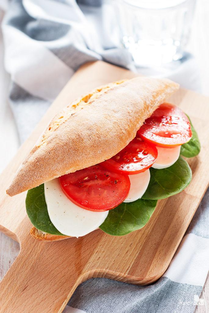 Bułka z mozzarellą, pomidorem i szpinakiem | lunchboxodkuchni.pl