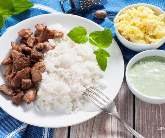 Indyk w gałce muszkatołowej z sosem z mięty i kapustą z mango | lunchboxodkuchni.pl