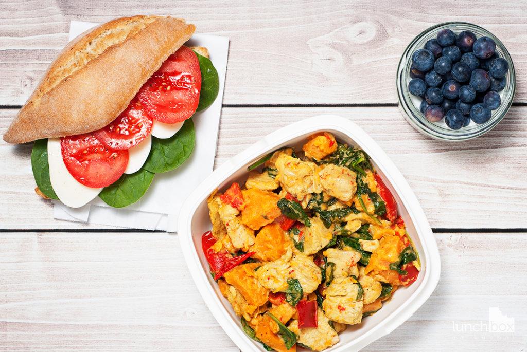 Lunchbox - kanapka z mozzarellą, pomidorem i szpinakiem, jogurt kokosowy z chia i borówkami oraz eintopf z batatem, papryką szpinakiem i indykiem   lunchboxodkuchni.pl