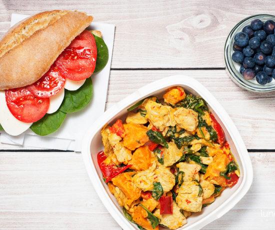 Lunchbox - kanapka z mozzarellą, pomidorem i szpinakiem, jogurt kokosowy z chia i borówkami oraz eintopf z batatem, papryką szpinakiem i indykiem | lunchboxodkuchni.pl