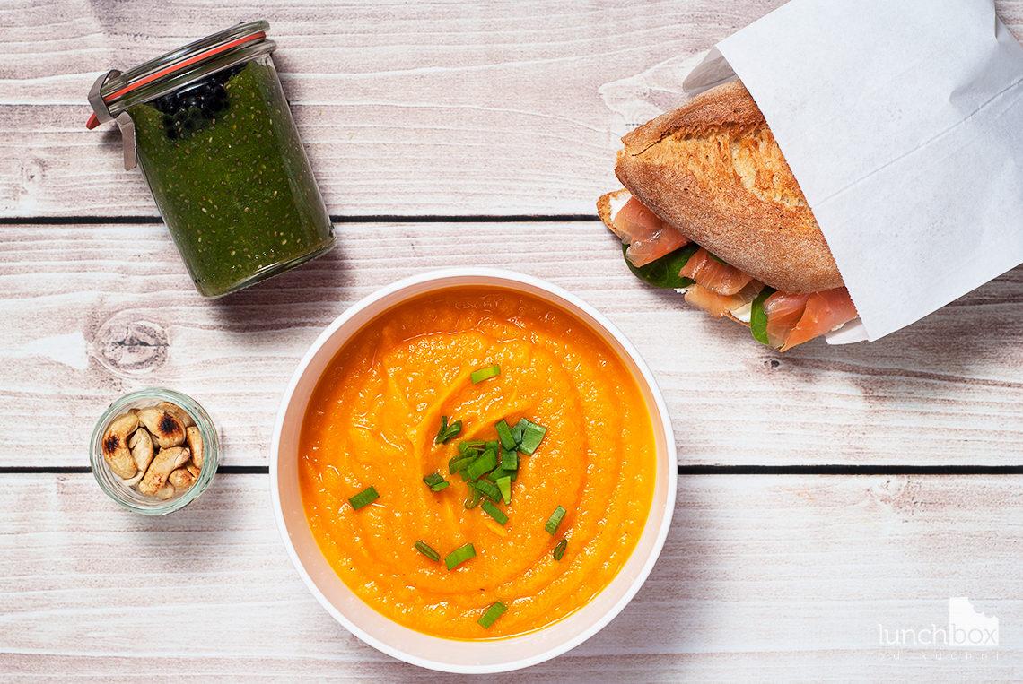 Lunchbox - bułka z twarożkiem, łososiem i szpinakiem, zielony pudding z chia i jeżynami oraz krem z batata, marchewki i soczewicy   lunchboxodkuchni.pl