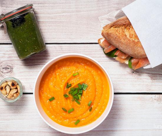 Lunchbox - bułka z twarożkiem, łososiem i szpinakiem, zielony pudding z chia i jeżynami oraz krem z batata, marchewki i soczewicy | lunchboxodkuchni.pl