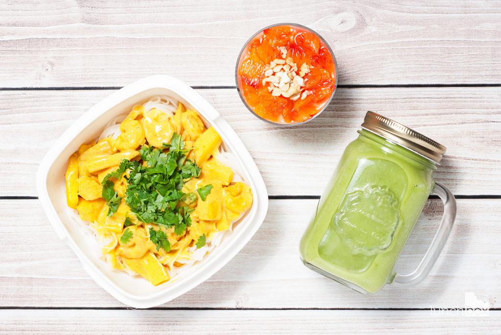 Lunchbox: jogurt naturalny z chia i czerownymi pomarańczami, smoothie z jabłka, avocado i szpinaku oraz krewetki w sosie mango-curry z makaronem ryżowym   ;unchboxodkuchni.pl