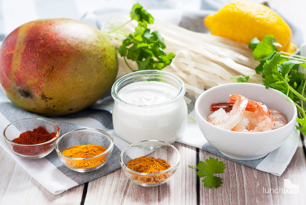 Krewetki w sosie mango-curry z makaronem ryżowym | lunchboxodkuchni.pl