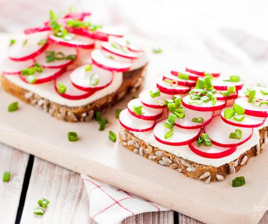 Kanapka z twarożkiem typu włoskiego z rzodkiewką i szczypiorkiem | lunchboxodkuchni.pl