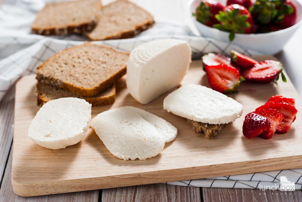 Kanapka z twarożkiem typu włoskiego i truskawkami | lunchboxodkuchni.pl