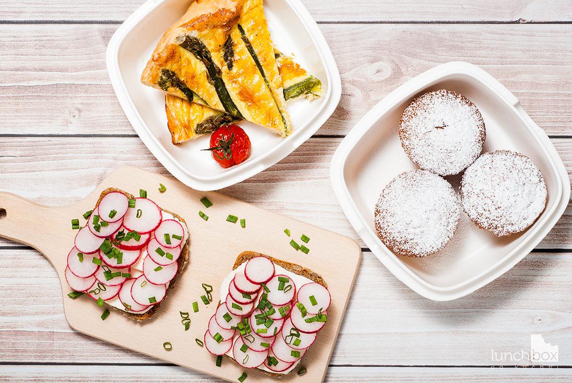 Lunchbox - kanapka z twarożkiem typu włoskiego z rzodkiewką i szczypiorkiem, muffiny z mąki kokosowej z rabarbarem oraz quiche ze szparagami | lunchboxodkuchni.pl