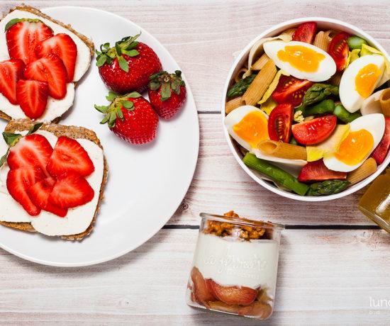 Lunchbox - kanapka z twarożkiem typu włoskiego i truskawkami, serek homogenizowany z rabarbarem i orzechami w miodzie oraz sałatka z makaronem, jajkiem i szparagami i sosem cytrynowym | lunchboxodkuchni.pl