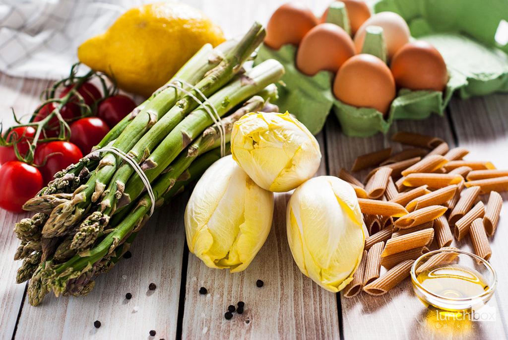 Sałatka z makaronem pełnoziarnistym, jajkiem i szparagami oraz sosem cytrynowym | lunchboxodkuchni.pl