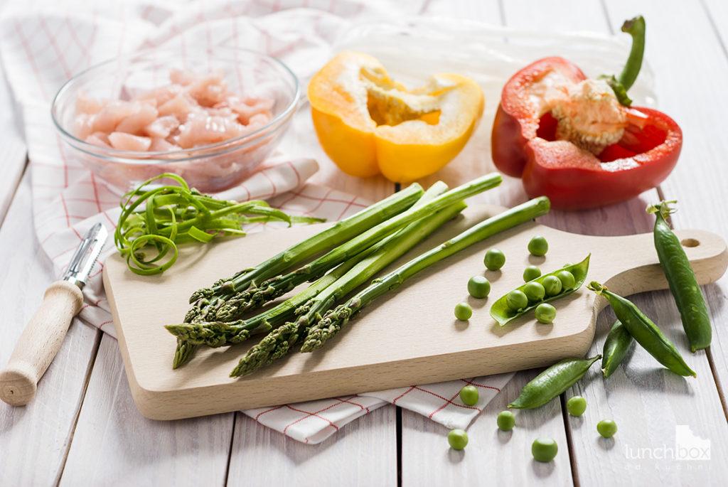 Sałatka z makaronem ryżowym, szparagami i zielonym groszkiem   lunchboxodkuchni.pl