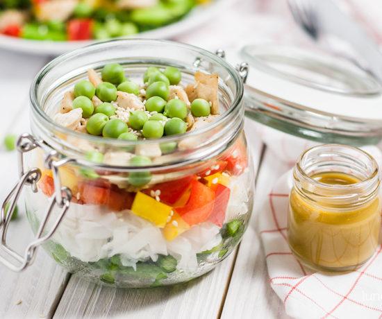 Sałatka z makaronem ryżowym, szparagami i zielonym groszkiem | lunchboxodkuchni.pl