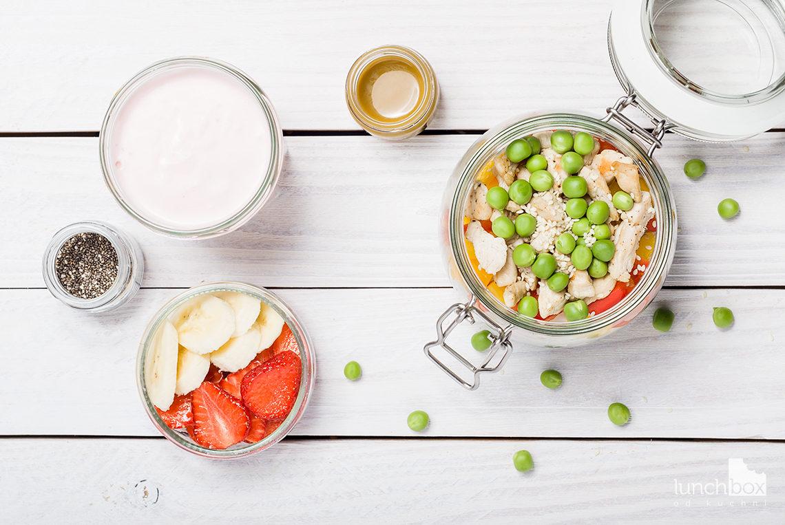 lunchbox - serek truskawkowy z bananem i chia oraz sałatka z makaronem ryżowym