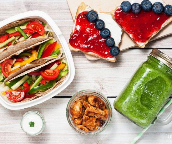 lunchbox - tosty z twarożkiem, dżemem truskawkowym i borówką, smoothie z gruszką i pietruszką oraz wrapy z indykiem | lunchboxodkuchni.pl