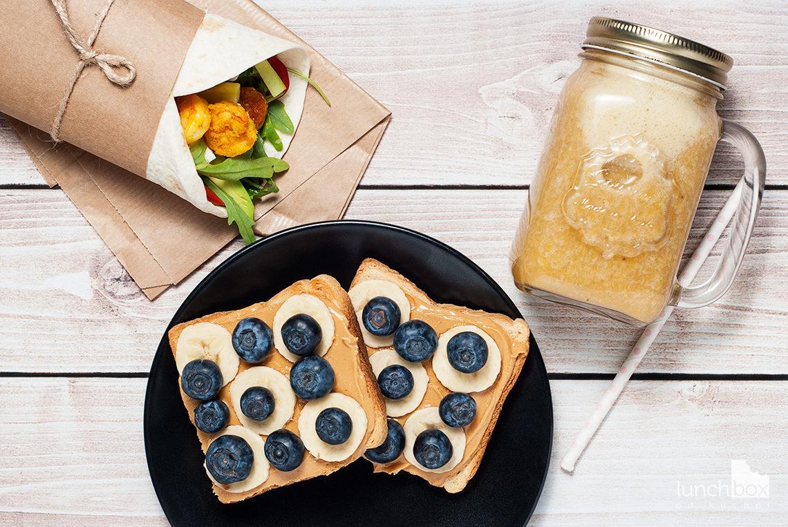 lunchbox - tosty z masłem orzechowym, bananem i borówką, smoothie banan z pomarańczą oraz wrap z krewetkami | lunchboxodkuchni.pl