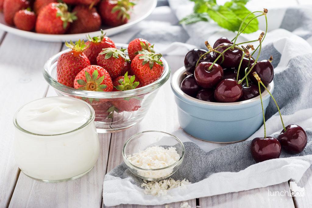 Serek truskawkowy z czereśniami | lunchboxodkuchni.pl