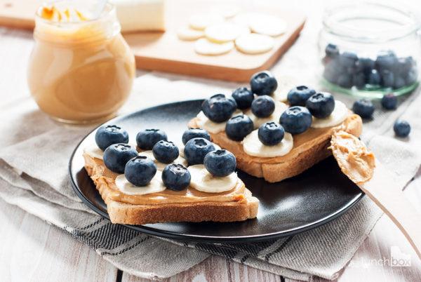 tosty z masłem orzechowym, bananem i borówką | lunchboxodkuchni.pl
