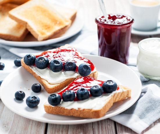 tosty z twarożkiem, dżemem truskawkowym i borówką | lunchboxodkuchni.pl