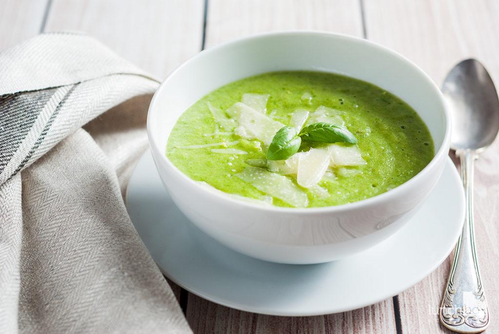 Zupa krem z zielonych szparagów z serem pecorino | lunchboxodkuchni.pl