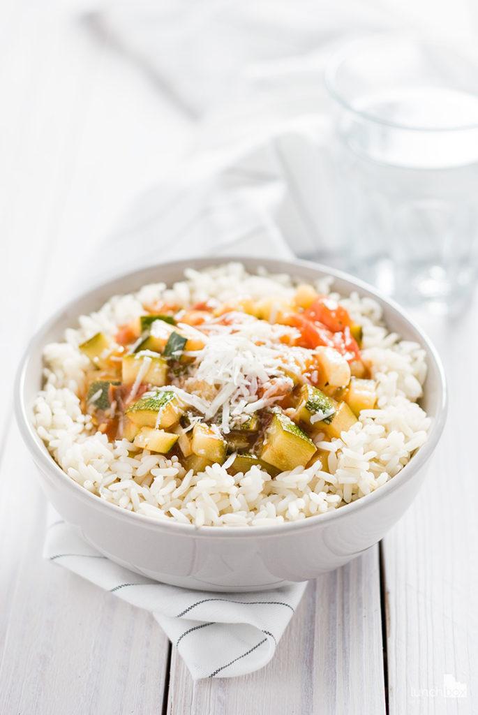 cukinia z pomidorami na ryżu | lunchboxodkuchni.pl