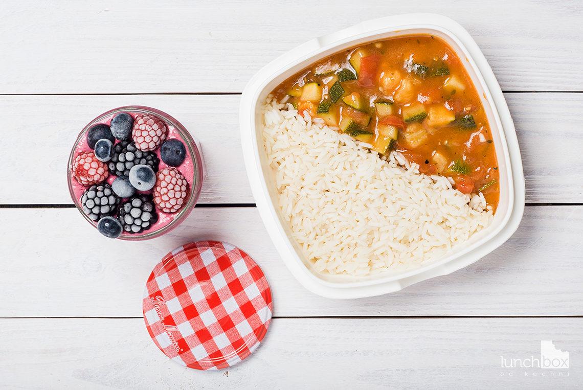 lunchbox - jogurt jeżynowo-malinowy oraz cukinia z pomidorami na ryżu   lunchboxodkuchni.pl
