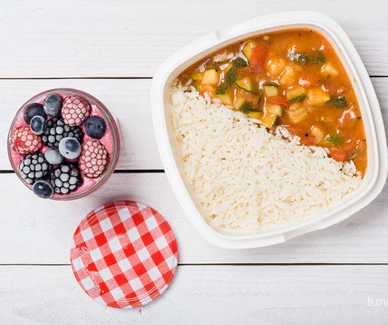 lunchbox - jogurt jeżynowo-malinowy oraz cukinia z pomidorami na ryżu | lunchboxodkuchni.pl