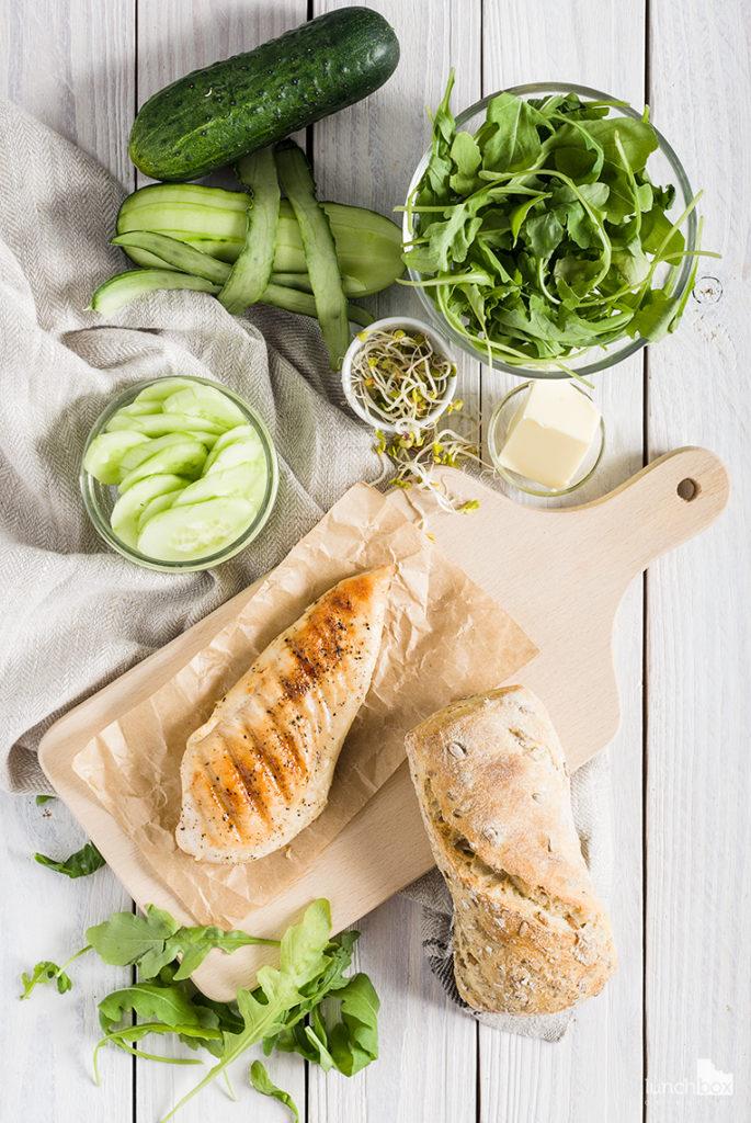 Bułka pełnoziarnista z grillowanym kurczakiem i zieleniną | lunchboxodkuchni.pl