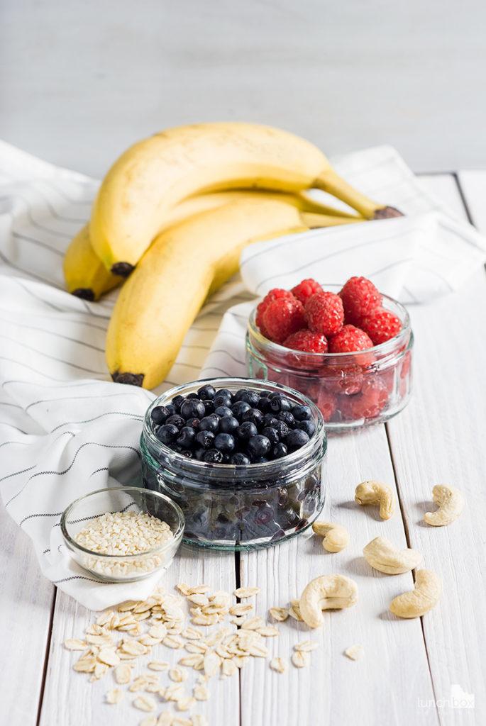 Misa owocowa z bananami, malinami i jagodami | lunchboxodkuchni.pl