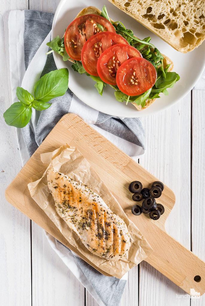 Ciabatta z grillowanym kurczakiem i dodatkami w stylu włoskim | lunchboxodkuchni.pl