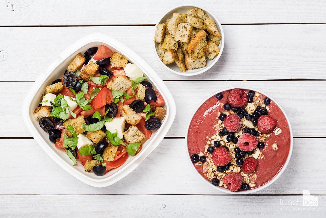 Lunchbox - misa owocowa z bananami i malinami oraz sałatka a la caprese   lunchboxodkuchni.pl