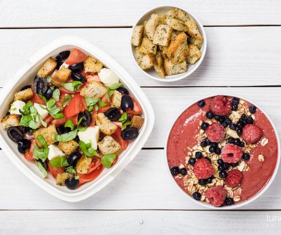 Lunchbox - misa owocowa z bananami i malinami oraz sałatka a la caprese | lunchboxodkuchni.pl
